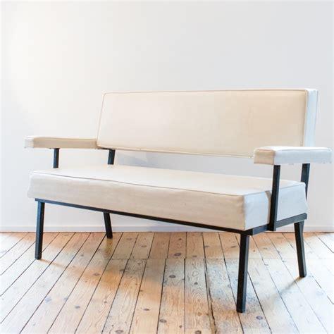 canapé peu profond canapé structure en métal carré et skaï blanc des ées 1950