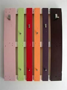 Wandgarderobe Selber Bauen : wandgarderobe europaletten unterschiedliche farben kleiderhaken zuk nftige projekte pinterest ~ Frokenaadalensverden.com Haus und Dekorationen