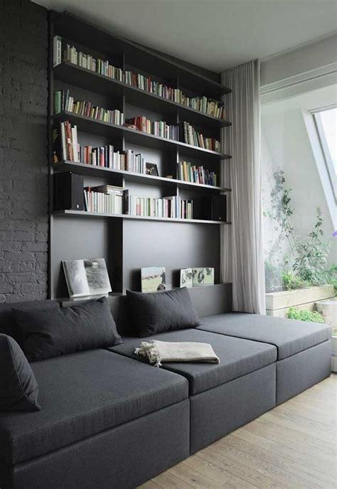 sala sofa preto e painel sof 225 interligado ao painel prateleiras para livros e