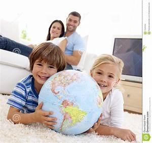 Globe Terrestre Enfant : enfants jouant avec un globe terrestre photo stock image du heureux groupe 11541912 ~ Teatrodelosmanantiales.com Idées de Décoration