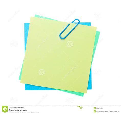 bureau blanc notes de post it colorées avec l 39 agrafe photo stock