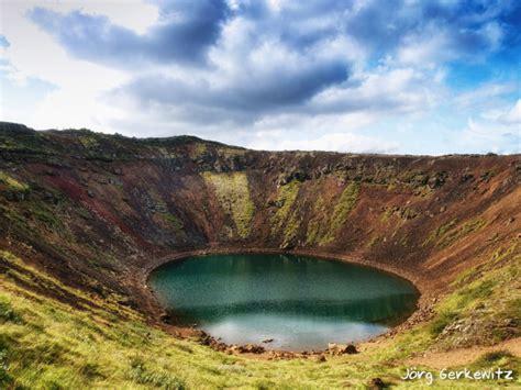 Der vulkan fagradalsfjall in island mit einer höhe von 385 metern, der seit 900 jahren inaktiv war, ist in der nacht auf samstag ausgebrochen. Am Schlackekrater und Grundwassersee des Vulkan Kerid ...
