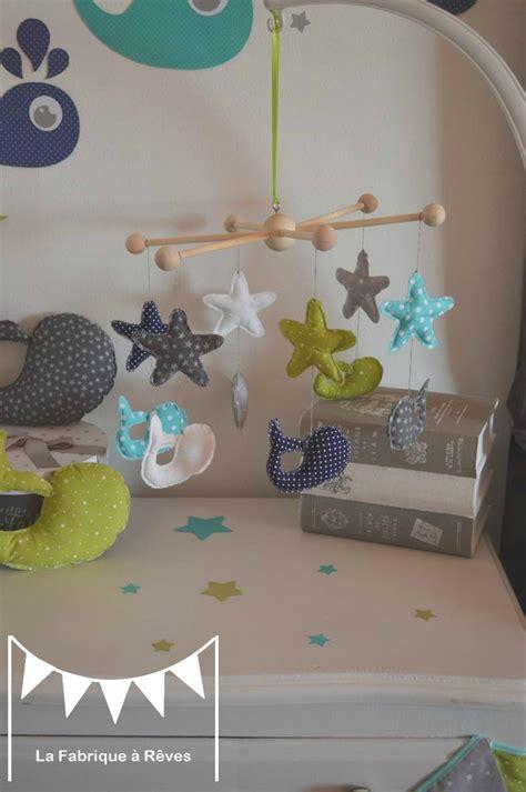 chambre bébé gris et bleu mobile bébé étoiles baleine bleu turquoise vert d 39 eau anis