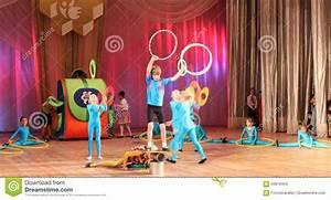 Junge Bäume Stützen : junge akrobaten und jongleure redaktionelles stockbild ~ Articles-book.com Haus und Dekorationen
