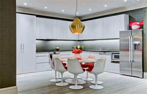 table de cuisine moderne la chaise tulipe une grâce et rétrofuturisme archzine fr