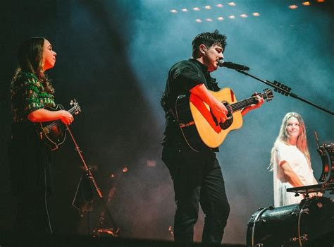 mumford sons madison square garden maggie rogers sarah jarosz join mumford sons in new
