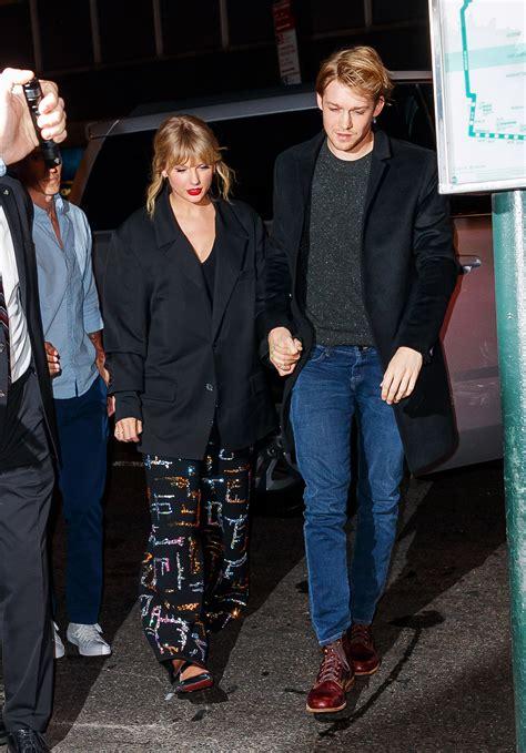 taylor swift  joe alwyn hold hands entering snl