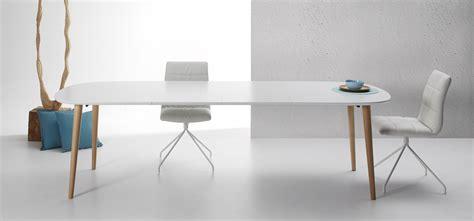 chaises blanc et bois table oqui extensible ovale 160 260 cm naturel et blanc