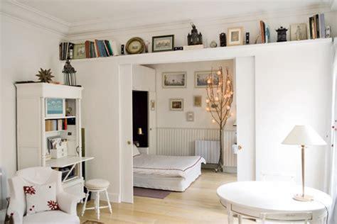 chambre salon 5 méthodes astucieuses pour intégrer sa chambre dans le salon