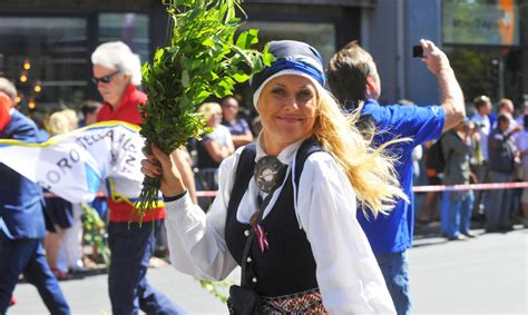 Foto: Daiļā tautumeita Duļevska Zemgales tērpā - Slavenības - Apollo.lv - Izklaide - Apollo.lv