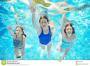 Rustine Piscine Sous L Eau : la famille nage dans la piscine sous l 39 eau m re active heureuse et les enfants ont l 39 eau du ~ Farleysfitness.com Idées de Décoration