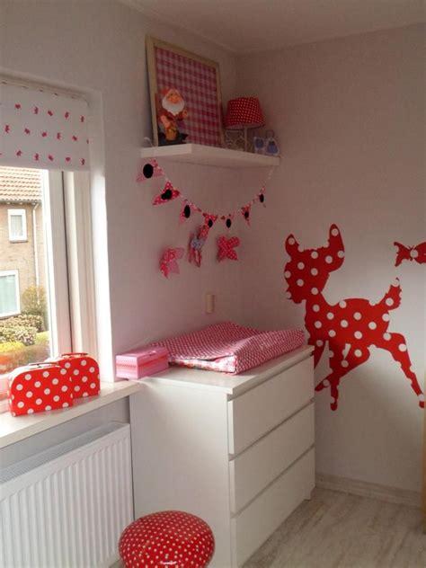babykamer rood met witte stippen creatief
