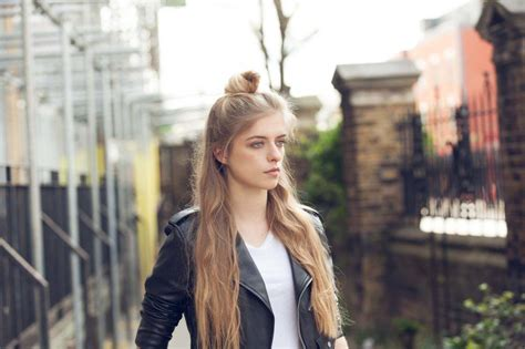cute and easy hairstyles perfect for your travel selfies