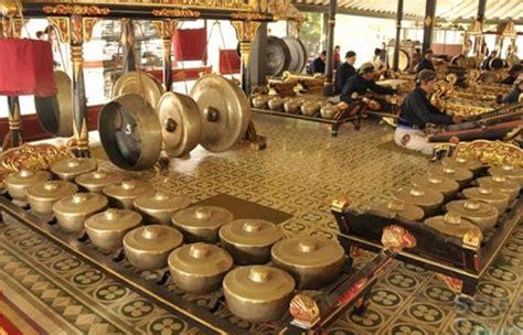 Fungsi musik dalam pendidikan sangat banyak dimanfaatkan oleh sekolah dalam proses pembelajaran. Fungsi Alat Musik Gamelan Bali Dalam Upacara - Aneka Seni dan Budaya