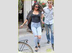赛琳娜真空上街 紧身凸点汗湿T恤_网易娱乐