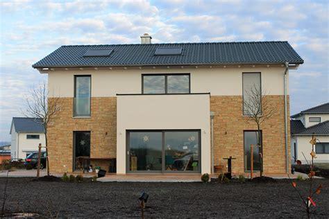 Moderne Fenster Fassade by Einfamilienhaus Holzhaus Satteldach Haus Anbau Mit