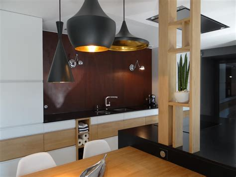 p駻鈩e cuisine cuisine design blanche et bois avec crédence effet rouillé