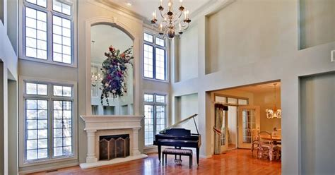 upgrades   dramatic high ceilings paneled