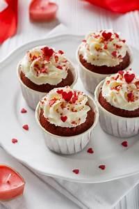 Alto Angolo Di Cupcakes Con Glassa E Candele A Forma Di