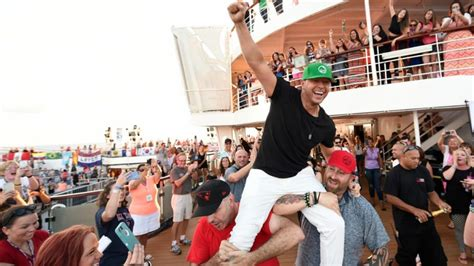 Donnie Wahlberg Smashes Guinness World Record for Most ...