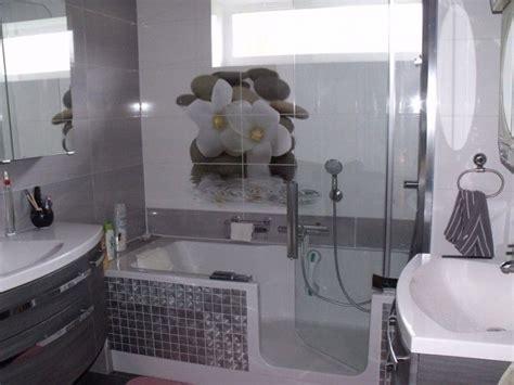 Kleines Badezimmer Mit 2 Waschbecken In Grautönen Mit Spiegel Beleuchtung Schminktisch Plexiglas Beleuchten Lowboard Mit Kinderwagen Meerwasser Milchglas Led Deckenventilator
