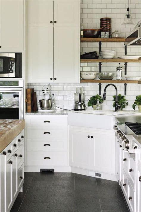 petites cuisines photos la cuisine blanche et bois en 102 photos inspirantes