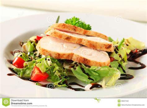 cuisiner la salade verte blanc de poulet avec de la salade verte photo stock
