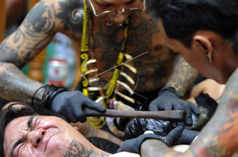 proses pembuatan tato dayak