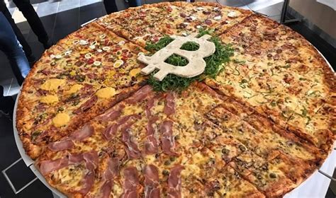Laszlo hanyecz (laszlo) is a programmer from florida who made the first documented purchase of a good with bitcoin when he bought two domino's pizzas from jercos for 10,000 btc. 10.000 bitcoin mua được 2 chiếc pizza và bài học về sự đánh đổi