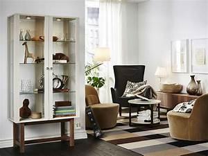 Antiker Schrank Mit Glastüren : ein wohnzimmer mit stockholm schrank mit glast ren in beige zwei drehsesseln einem sessel mit ~ Orissabook.com Haus und Dekorationen