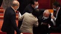 中共人大會議開幕式 董建華突然跌倒(視頻) | 中共兩會 | 國產疫苗 | 董建華跌倒 | 新唐人中文電視台在線