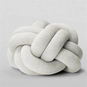 Coussin Gris Clair : coussin knot gris clair design house stockholm ~ Teatrodelosmanantiales.com Idées de Décoration