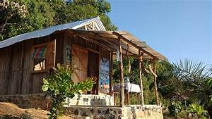 Petite maison malgache en bois de palissandre for Maison toit de chaume 10 petite maison malgache en bois de palissandre