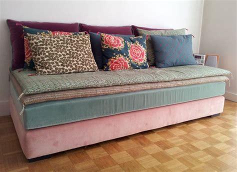 transformer un lit en canapé les 25 meilleures idées de la catégorie banquettes lits