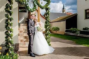 Holzscheiben Deko Hochzeit : die rustikale hochzeit in orange von karolin michael ~ Frokenaadalensverden.com Haus und Dekorationen