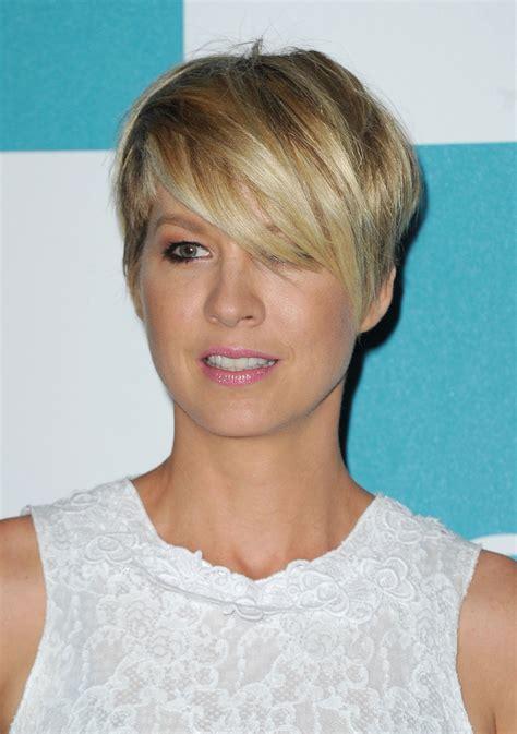 jenna elfman layered razor cut short hairstyles lookbook