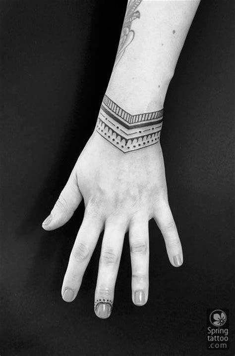 Tatuajes tipo pulsera: La tendencia del momento