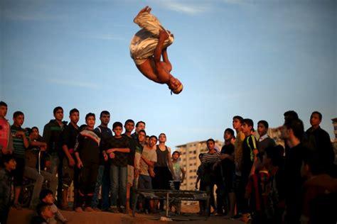 Palestīniešu puiši demonstrē savas parkūra iemaņas - Skats.lv