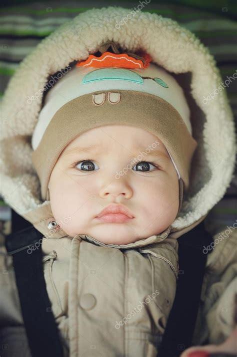 neonato nella neonato con labbra carnose nella cappa guardando a porte