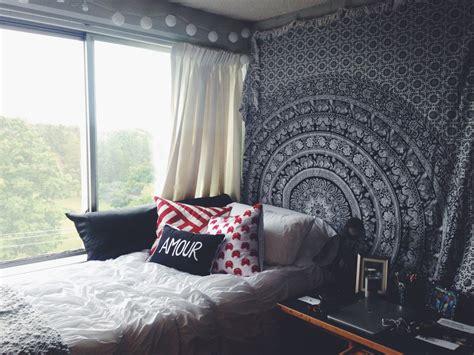 decorate  dorm  damaging  walls