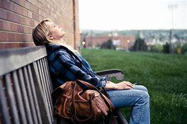 Resultado de imagen de mujer pensando triste