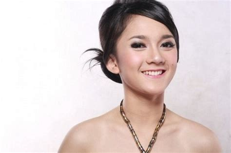 Indonesian Artist Leona Agustine Dihardja Seksi Foto