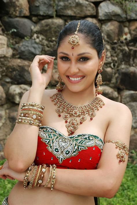 Pooja Chopra Actress Beauty Photos Shiner Photos