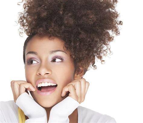 9 coiffures simples et rapides pour cheveux bouclés/frisés