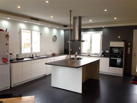 comment fixer une cr馘ence de cuisine comment fixer une hotte ilot sur plafond placo