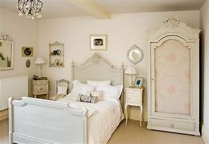 Simple bedroom vintage decor - Decor Crave