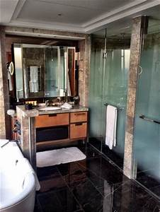 The bathroom picture of shangri la hotel at the shard for Shangri la bathroom
