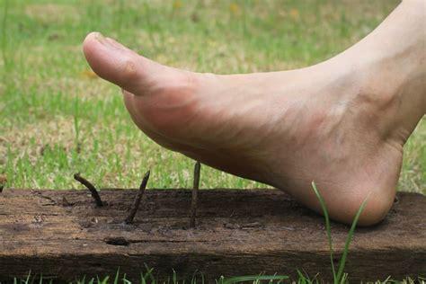 tetanus paku suntik kayu yang infeksi serpihan tertusuk atau dari menginjak mana setelah dan hellosehat sebab anggota terkena menambal badan