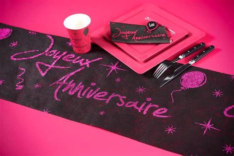 acheter serviette fuschia joyeux anniversaire mariage anniversaire 1001 deco table