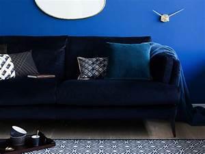 adoptez la deco bleu indigo dans la maison joli place With tapis yoga avec canapé velours bleu marine
